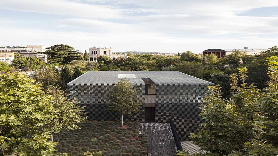 Flexbrick aplicado en fachada, cubierta y pavimento (PMMT architects).