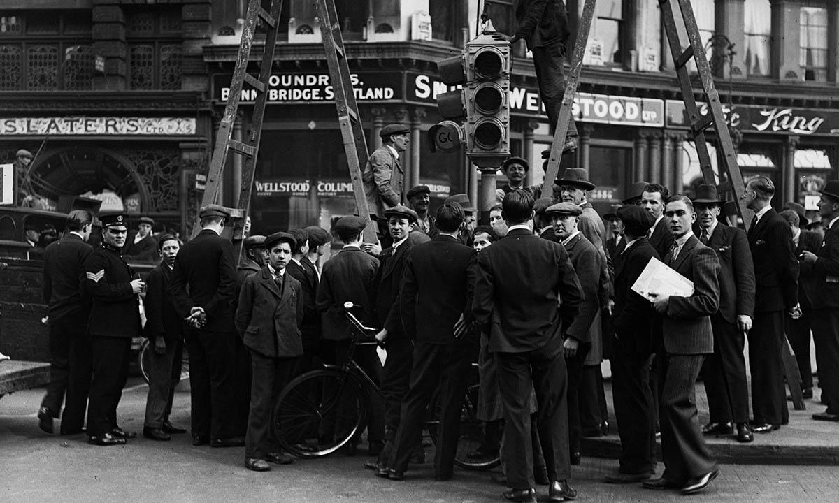 Aglomeración de gente en torno a la instalación del primer semáforo de la ciudad de Londres en 1931