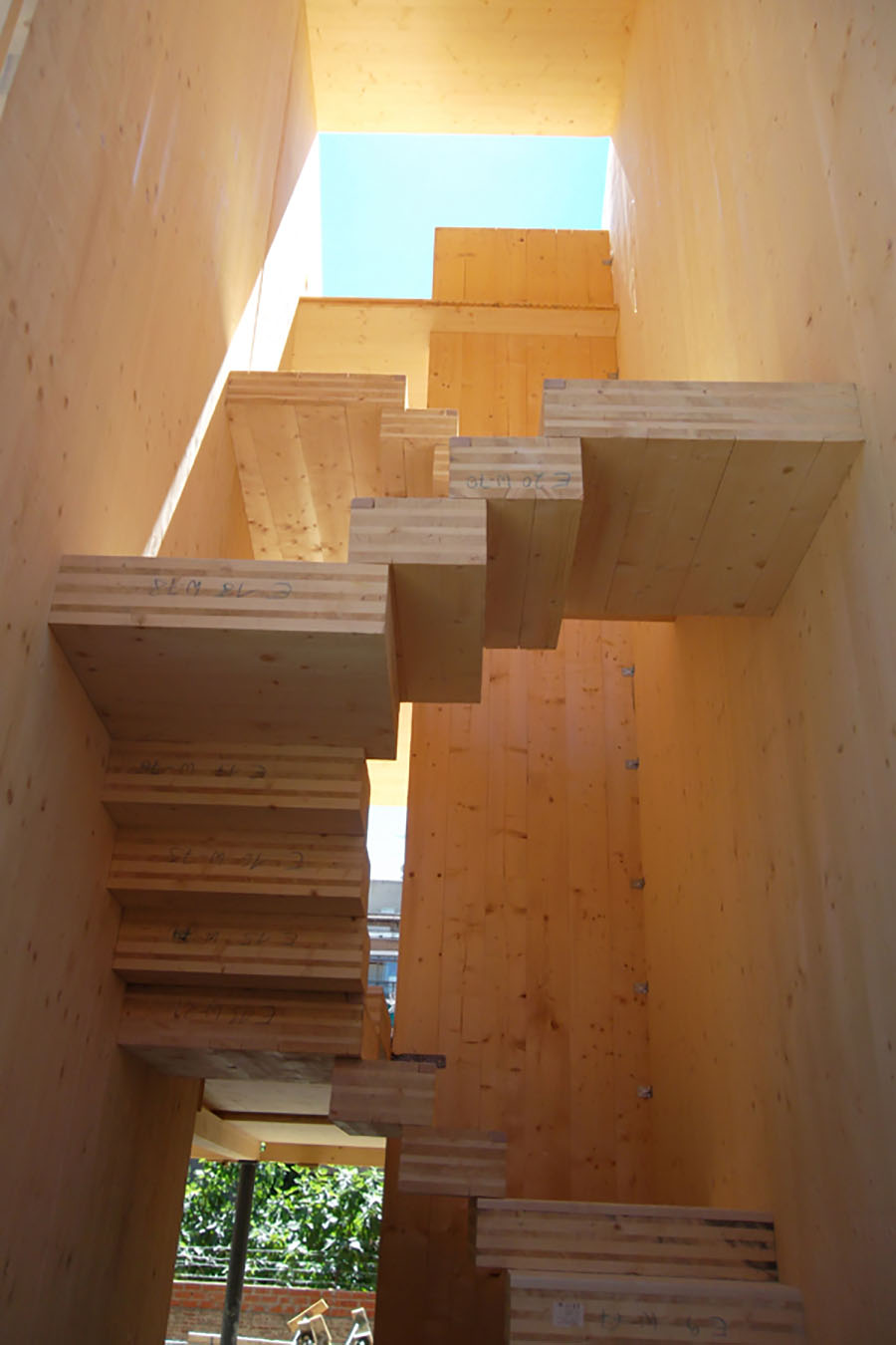 Interior de una vivienda en construcción con madera contralaminada
