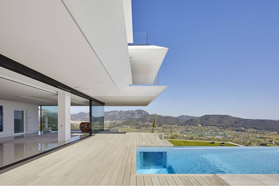 Una vivienda en Mallorca, equipada con grandes aleros para portegerse de la radiación solar directa.
