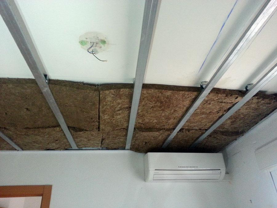 Aislamiento térmico mediante lana de roca en falso techo.