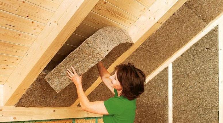 Aislamiento mediante paneles de fibra de celulosa bajo cubierta.