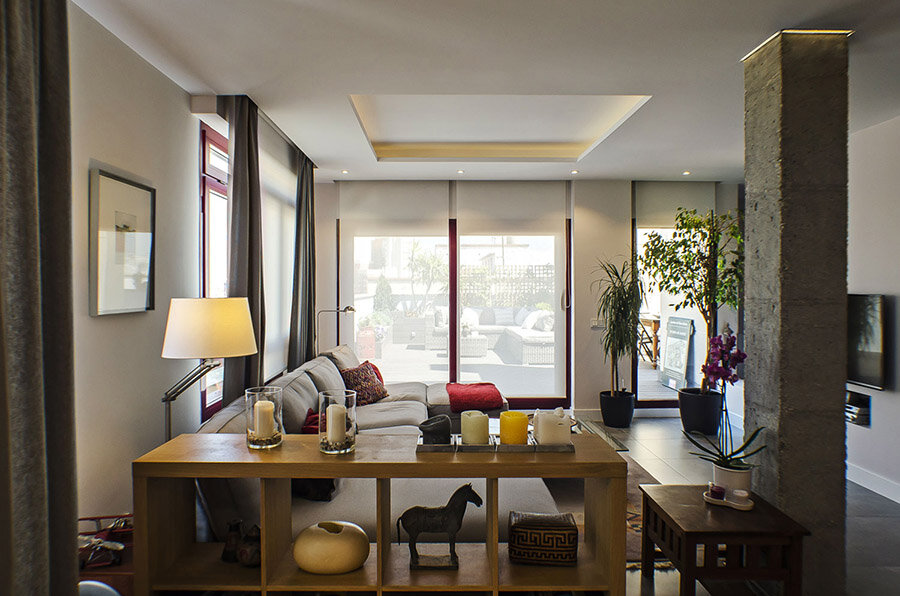 El espacio del salón que también integra el comedor y la cocina, con la gran terraza al fondo.