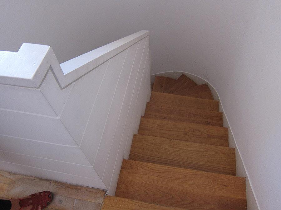 Fotografía de estado original: La antigua escalera tenía una barandilla agobiante y los escalones eran incómodos.