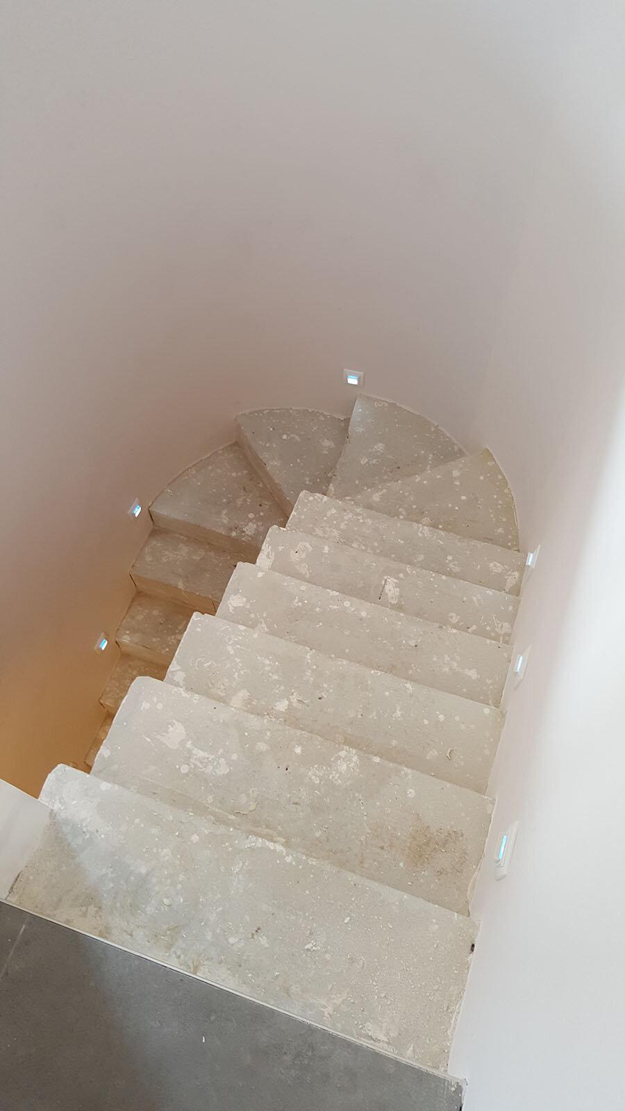 Fotografía durante la obra: Se rediseñó la escalera y se replantearon los escalones desde cero.