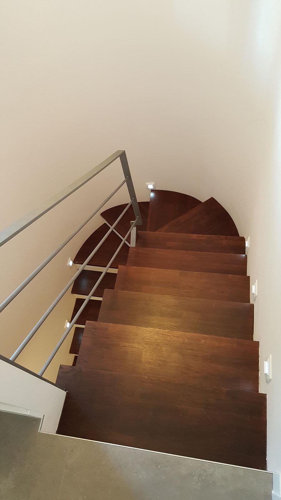 Fotografía de estado reformado: La escalera resultante es más amplia y tiene escalones más cómodos.
