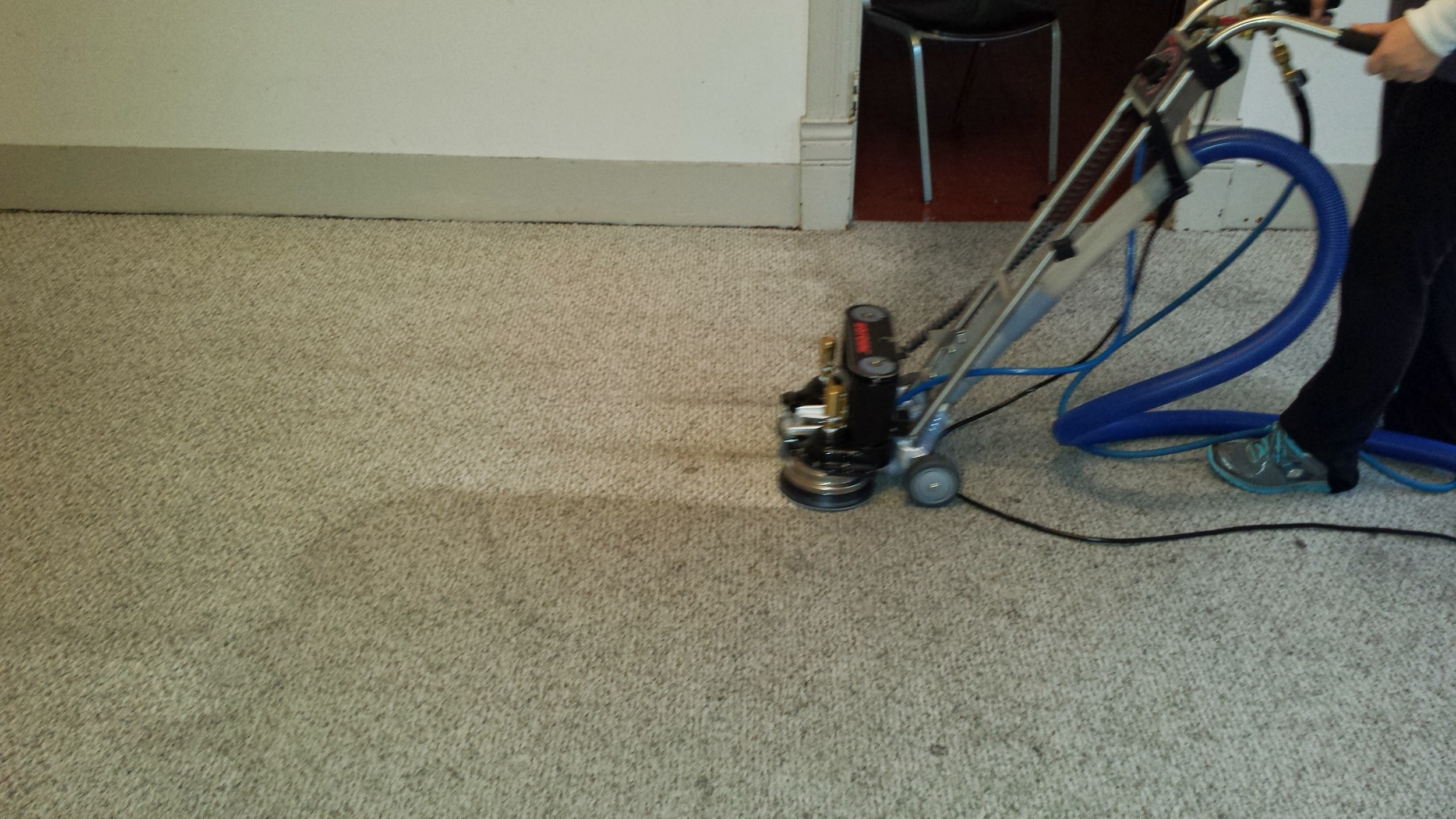 Carpet cleaning machine actively cleaning