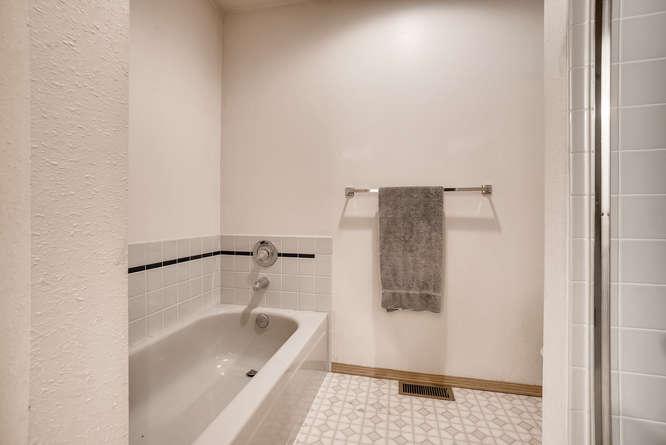 8001 NE 150th St Kenmore WA-small-021-12-2nd Floor Master Bathroom-666x445-72dpi.jpg