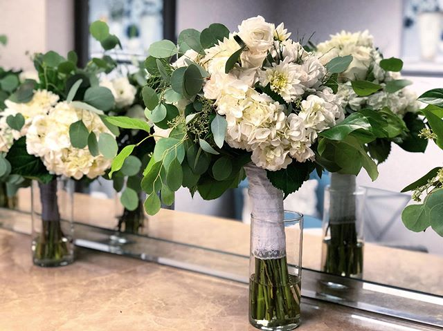 Happy flower Friday 🌿 Venue: @coyotehillsgcevents  Florist: @mumsandlilies • • • • • • • • • • •  #weddingflowers #florals #florist #socalweddings #wedding #ocflorist #laflorist #bridal #floraldesign #bride #floraldesigner #floralarrangement #weddingplanning #summerwedding #eventflowers #flowers #socalbrideblog #socalbride #wintewedding #engaged #engagement #socalbrideblog #theknot #weddingforward #junebugweddings #greenweddingshoes #bohowedding #bohobride #mayeshoc