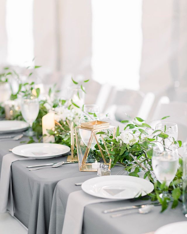 Clean and modern lines, some geometric shapes and a little touch of green is all you need for a minimal yet chic tablescape! ⠀ ⠀ 📷: @sidneyleighphoto ⠀ 🌿: @therosyposy ⠀ 👰: @mcclelly 🗺: @theglasgowfarm