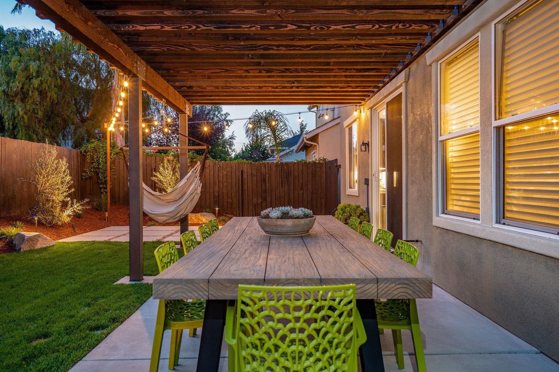 outdoor-dining-area.jpg