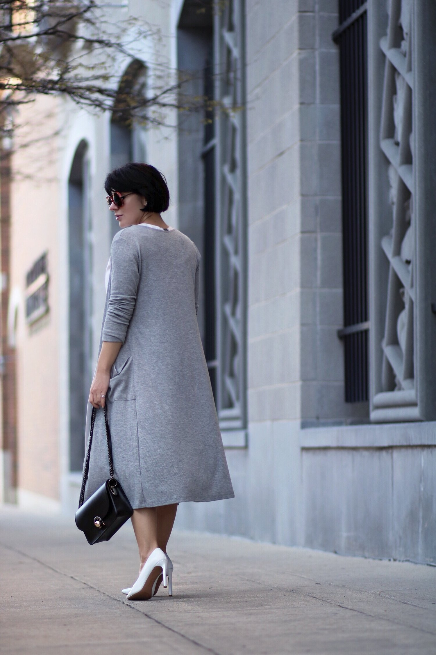 back view grey outfit streetstyle