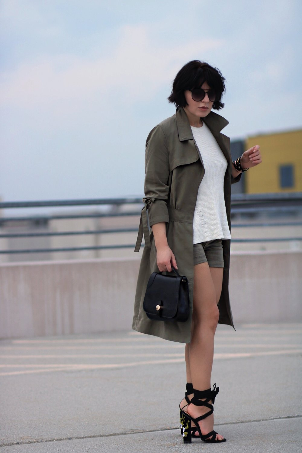 khaki shorts trench outfit streetstyle