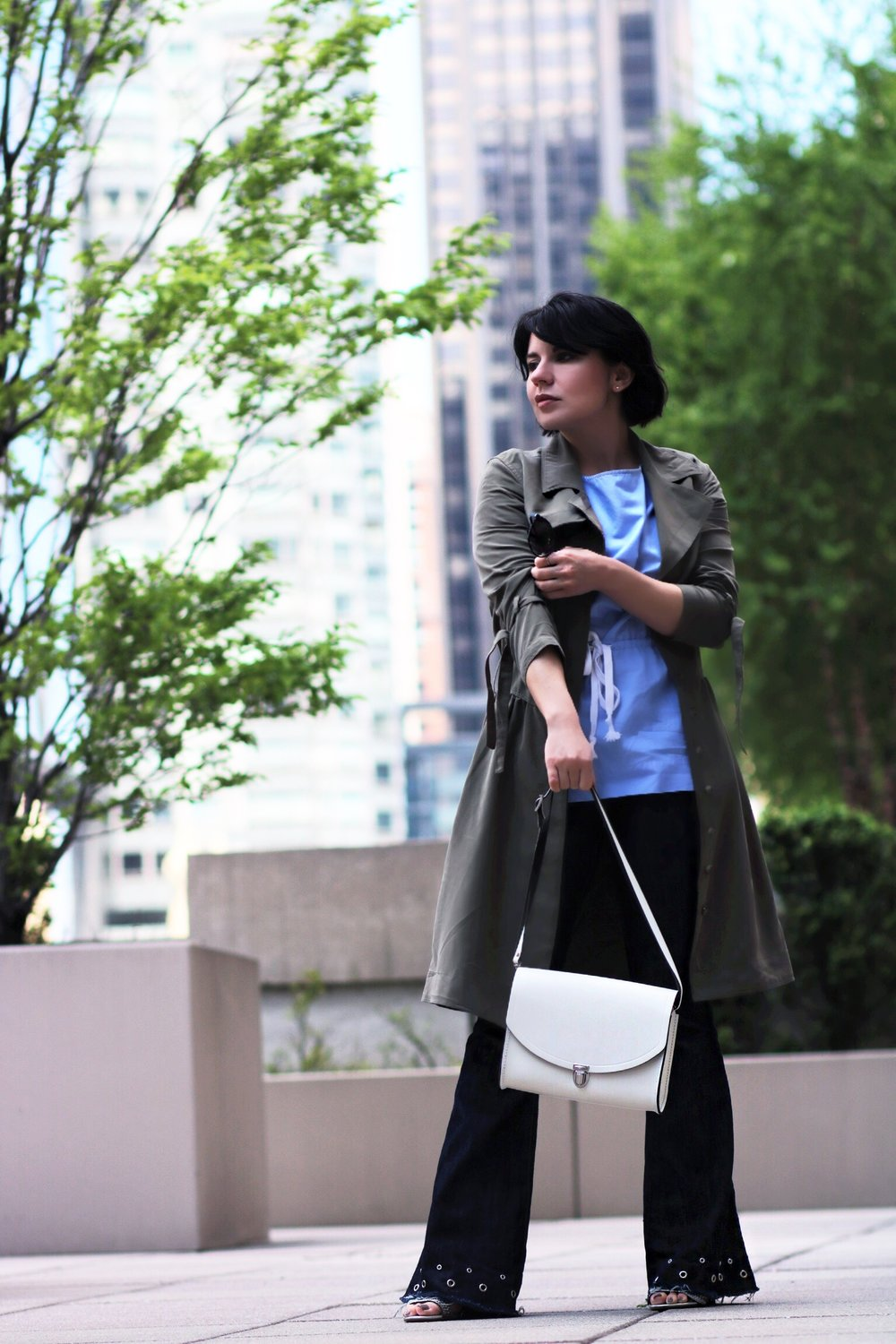 blogger-olive-trench-flare-denim-streetstyle