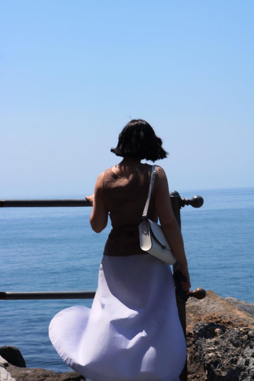 blogger-enjoying-ocean-view-Tellaro