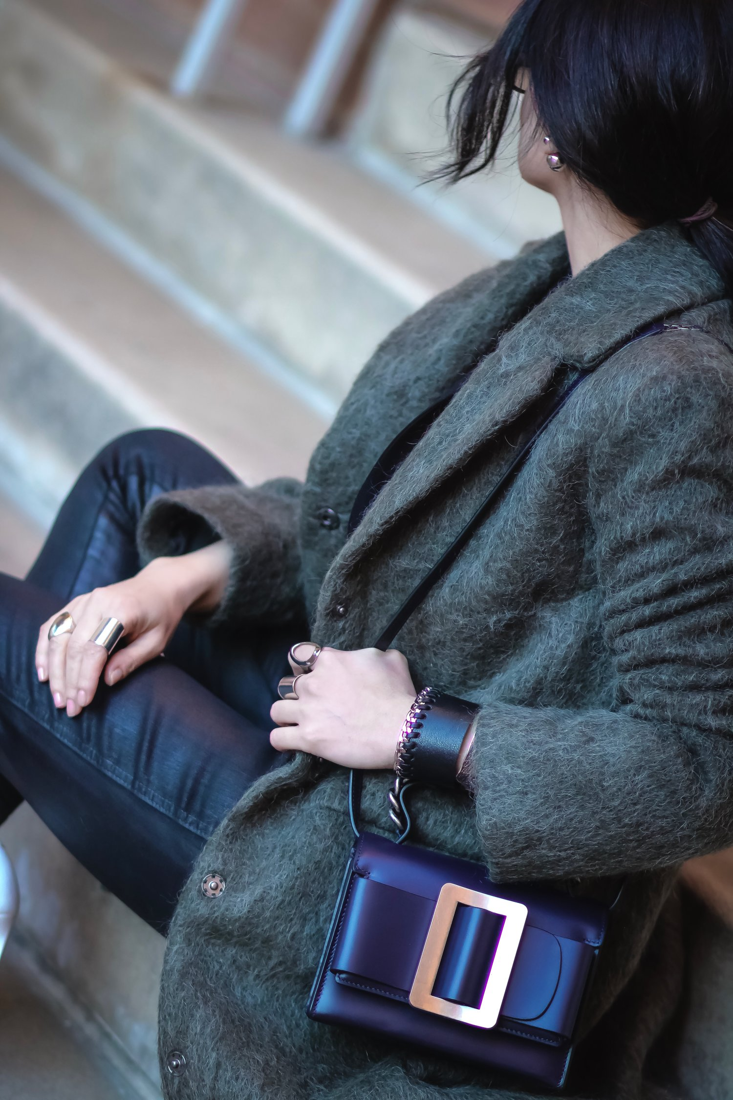 Isabel-Alexander-streetstyle-carying-navy-boyy-bag