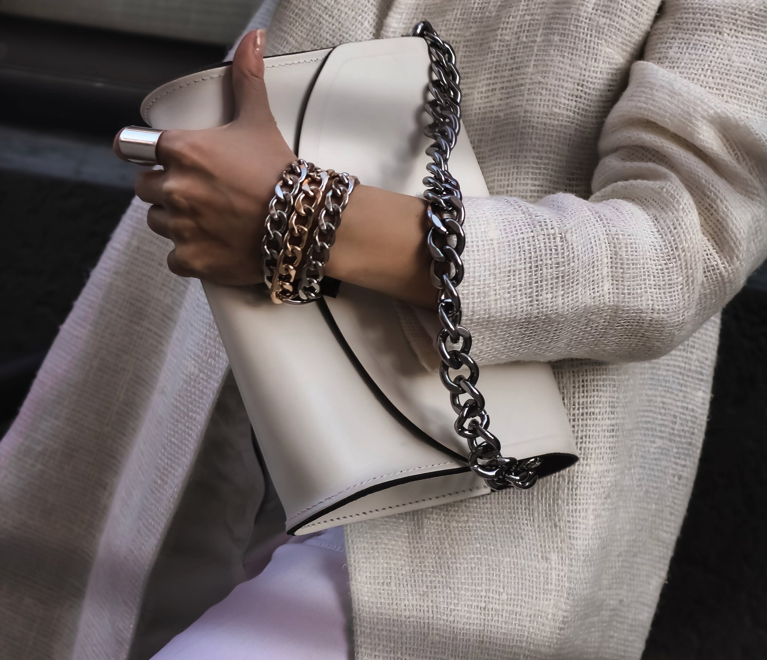 Isabel-Alexander-closeup-details-oversized-chain-bag-bracelet