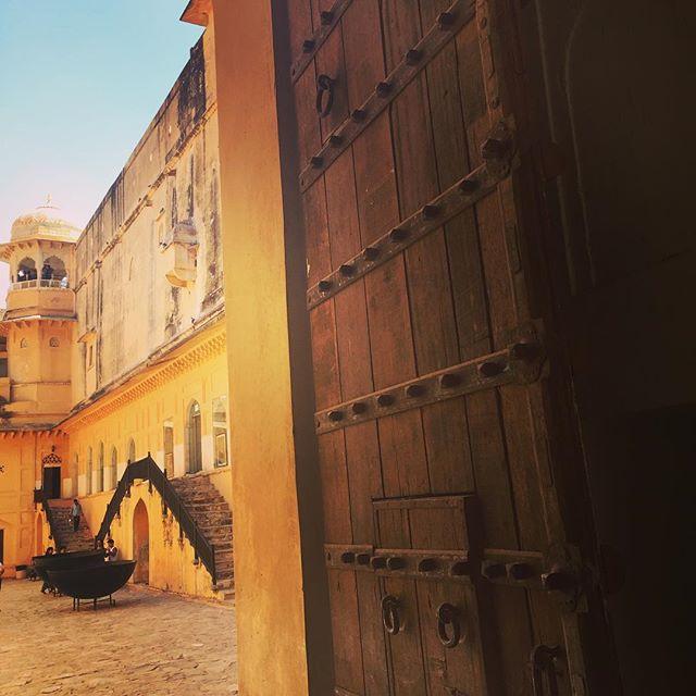 ... Pol (doorways) into the mystifying Royal world of Maharaja Jai Singh :: Diwan-e- Khaas , Sheesh Mahal, Janana Deordi, Hamam, Mughal Bagh, Surang ... footsteps on the stone floors enchant the soul  Visual credit @rupasethi  #explorindya #indiatraveldesign #indiaforttrails #iphoneonly #amberfort #explorIndya-nofilter #indiatravel #natgeoyourshot #rajasthanfort