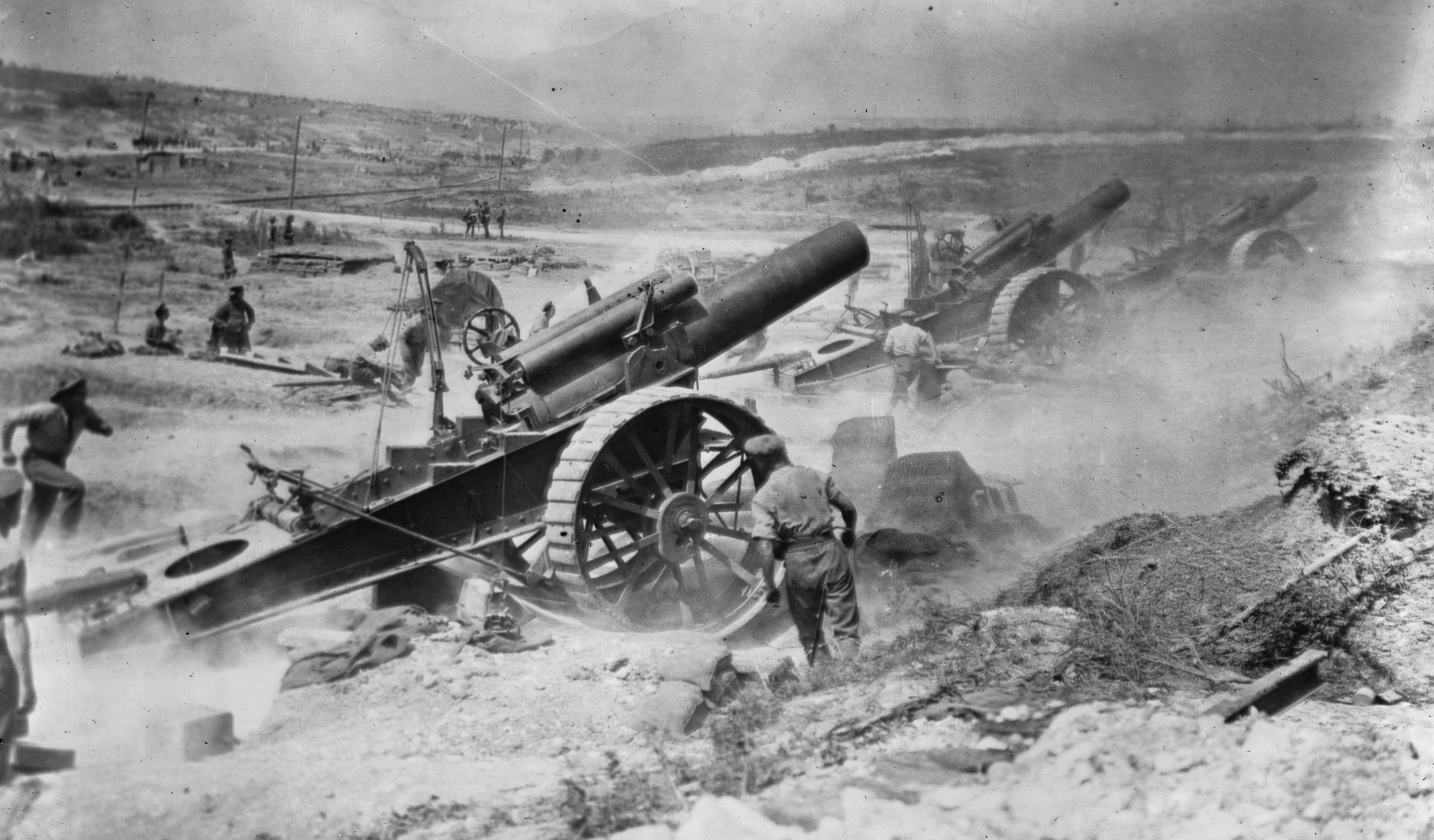 British heavy guns in action on the Western Front, 1916.