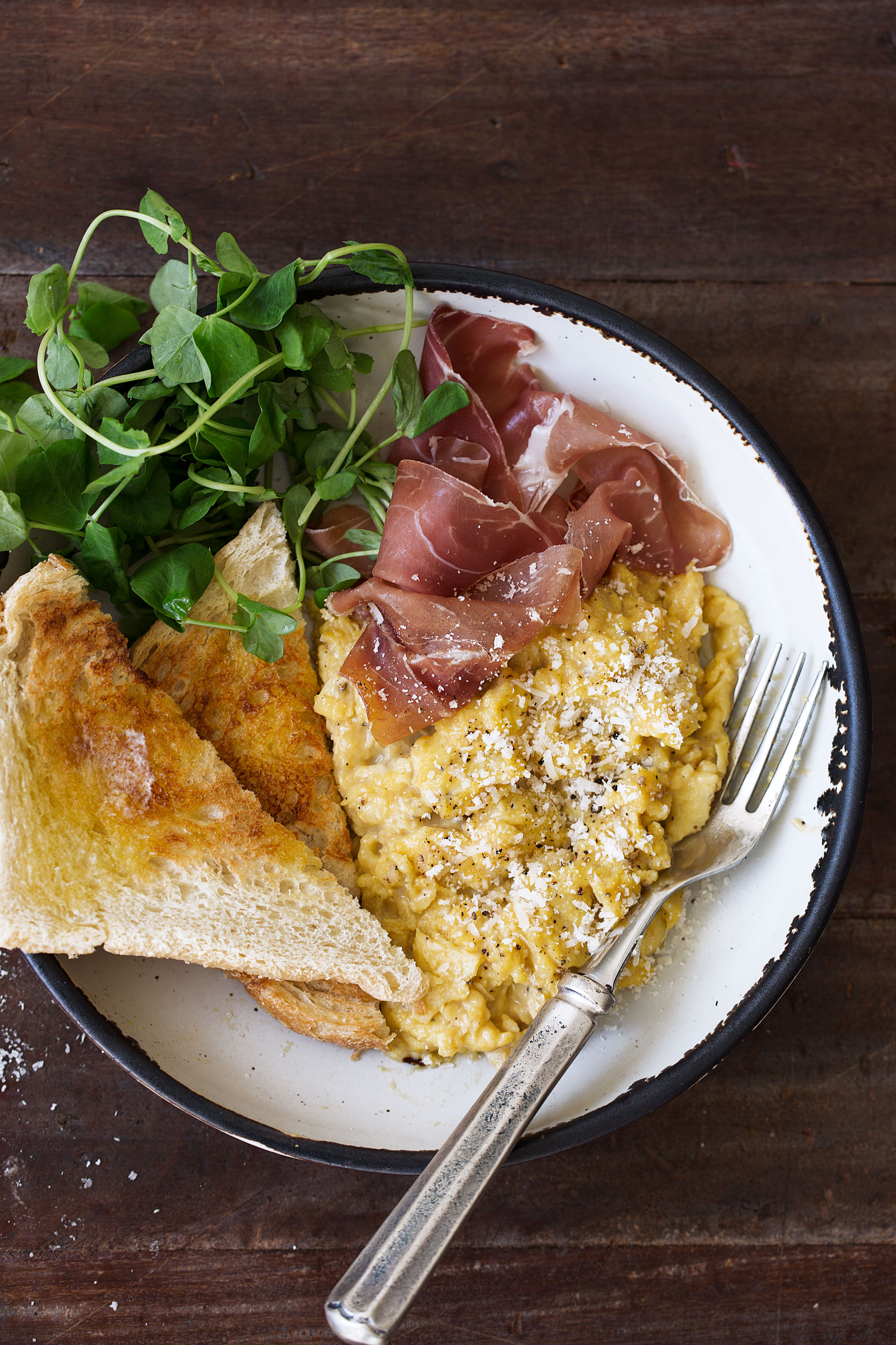 cacio e pepe slow scrambled eggs with prosciutto recipe from cooking with cocktail rings