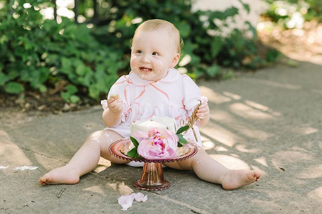 I feel the same way about cake, Lulu! 😍🎂 Still drooling over all of the beautiful portraits the amazing @jessicarobertsphoto took of our girl for her first birthday! 🙌🏻
