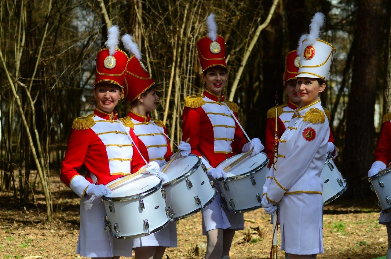 Девушки из ансамбля Viva в классических парадных костюмах мажореток