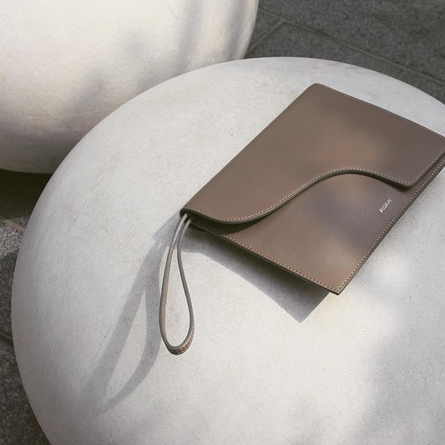 A super soft, ultra smooth, no fuss clutch ticking all the right boxes on the creativity front!  The Camille's practical wrist strap, compact size and beautifully refined artistic detail makes alluring promises of being the ideal statement companion.  Crafted from buttery soft Italian Nappa leather, hand cut and stitched.  #ruskinlondon #basicallyclassic #beautifulmatters #quietlyluxurious #statements #beautifulsimplicity #refined #modernclassic #clutch #clutchbag #practicallypefectineveryway