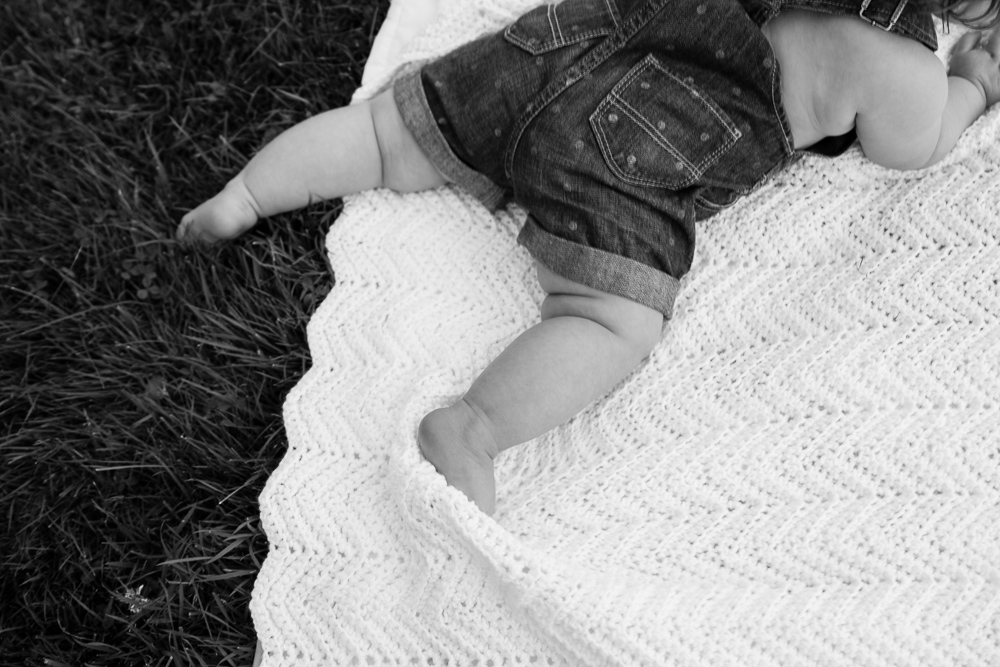 Who can resist baby legs?  Not this photographer!!