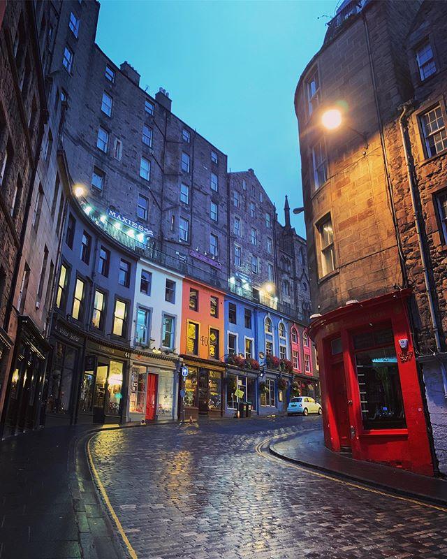 Early morning jet-lagged wanderings. | Edinburgh, Scotland (3 September 2019) ||| #edinburgh #edi #edinburgholdtown #victoriastreetedinburgh #diagonalleyinspiration #advocatesclose #anchorclose #allthecloses #andweavefoundscotland #larkfilter #mayfairfilter