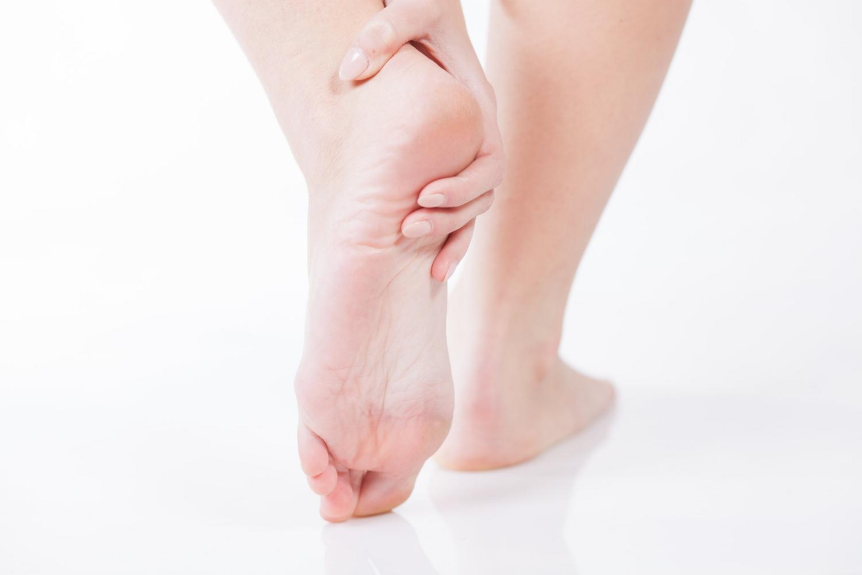Helsmerter som kan oppleves som skarpe knivstikk på undersiden av foten.