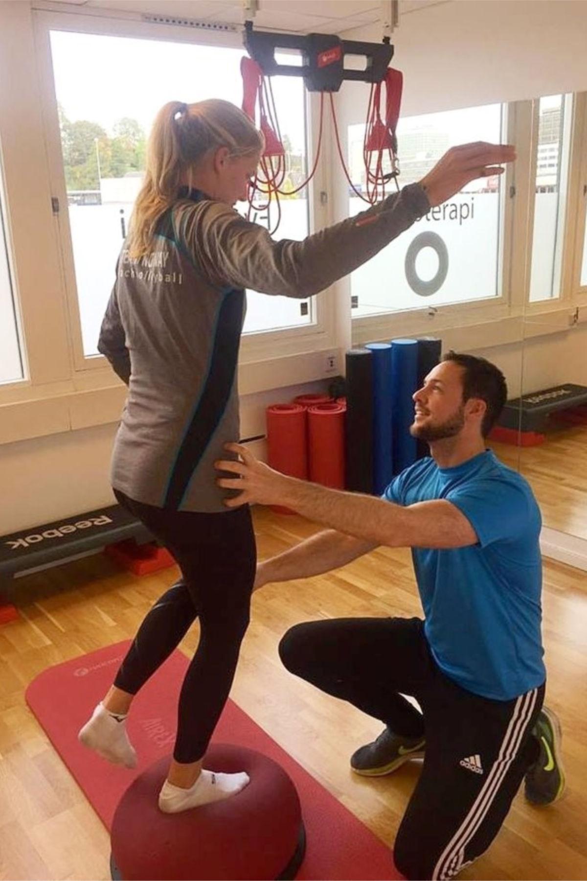 Ingrid får nøye instrukser fra fysioterapeut Troels Skole Hansen. FOTO: Fokusklinikken