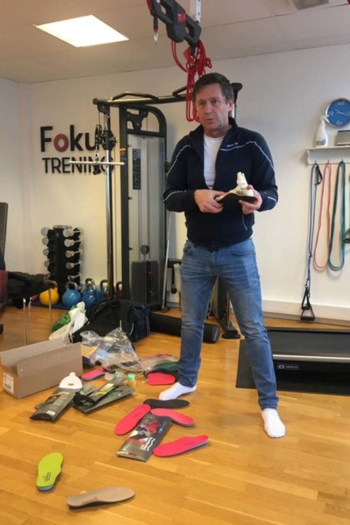 ebddf8ed Dag Grindheim i Alfacare leverer såler til Fokusklinikken. Her viser han  forskjellige såletyper til de