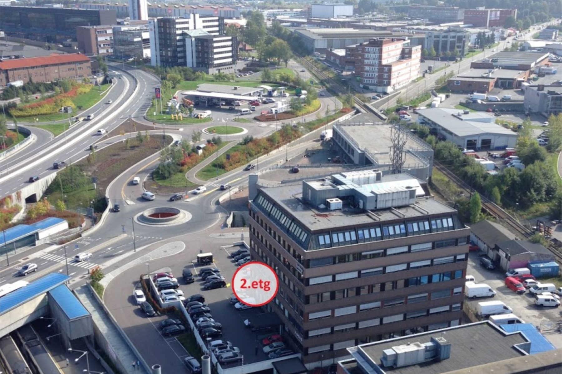 Vi holder til i 2. etasje, kun 30 meter fra Økern T-bane og busstasjon.