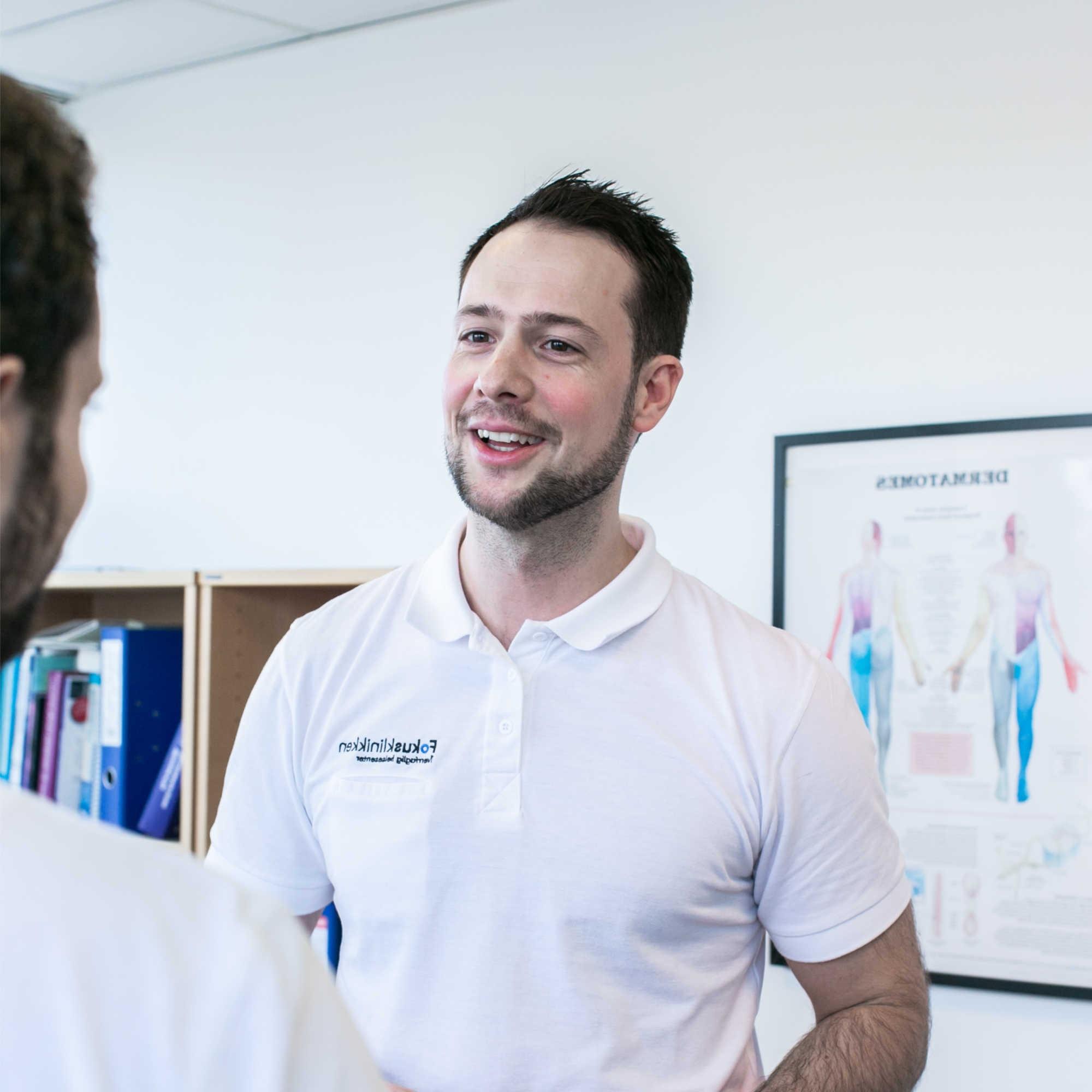Fysioterapeut Troels på Fokusklinikken kan hjelpe deg med trening og behandling.
