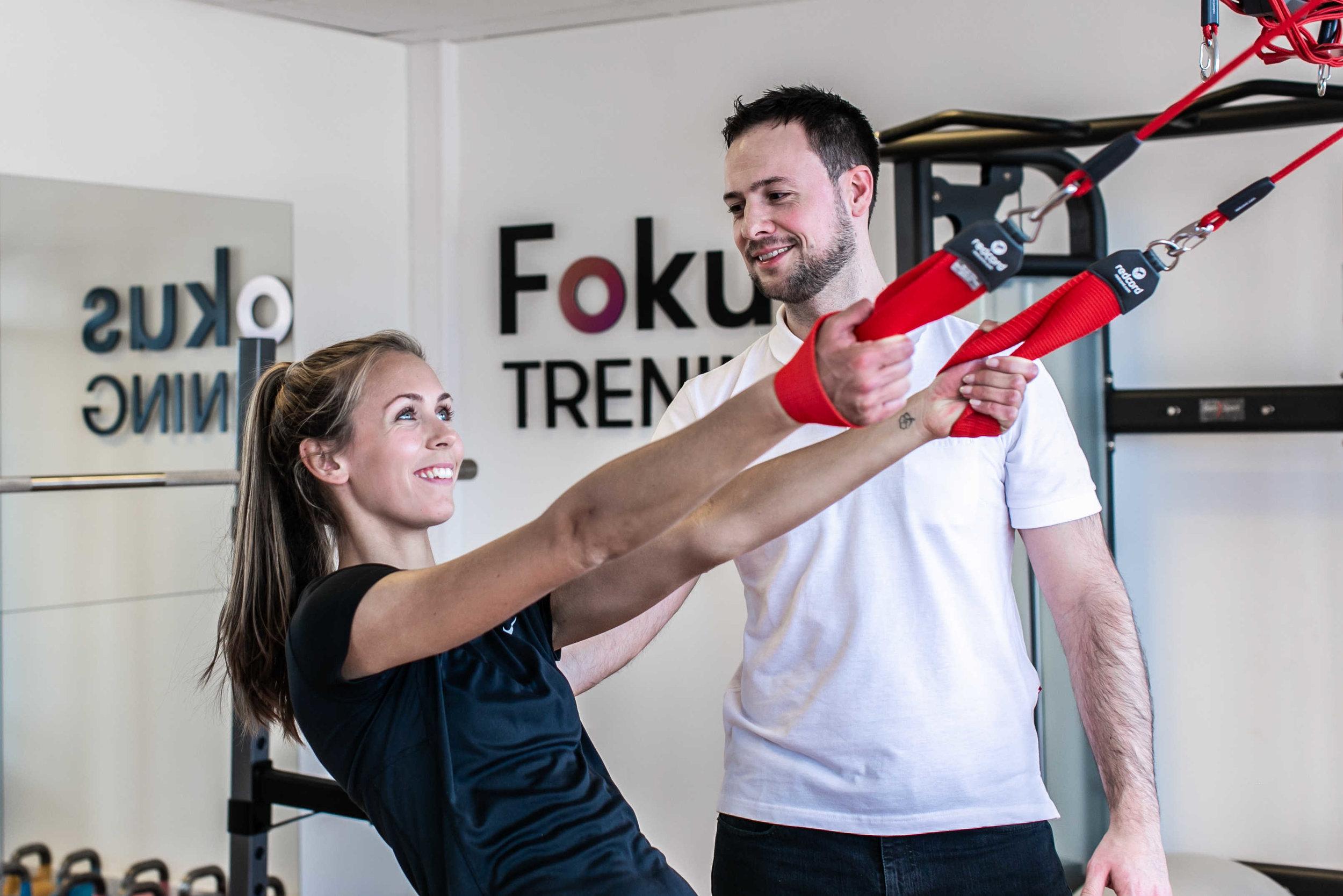 Fysioterapeut Troels Skole Hansen, her når han veileder i rehabiliterende øvelser.