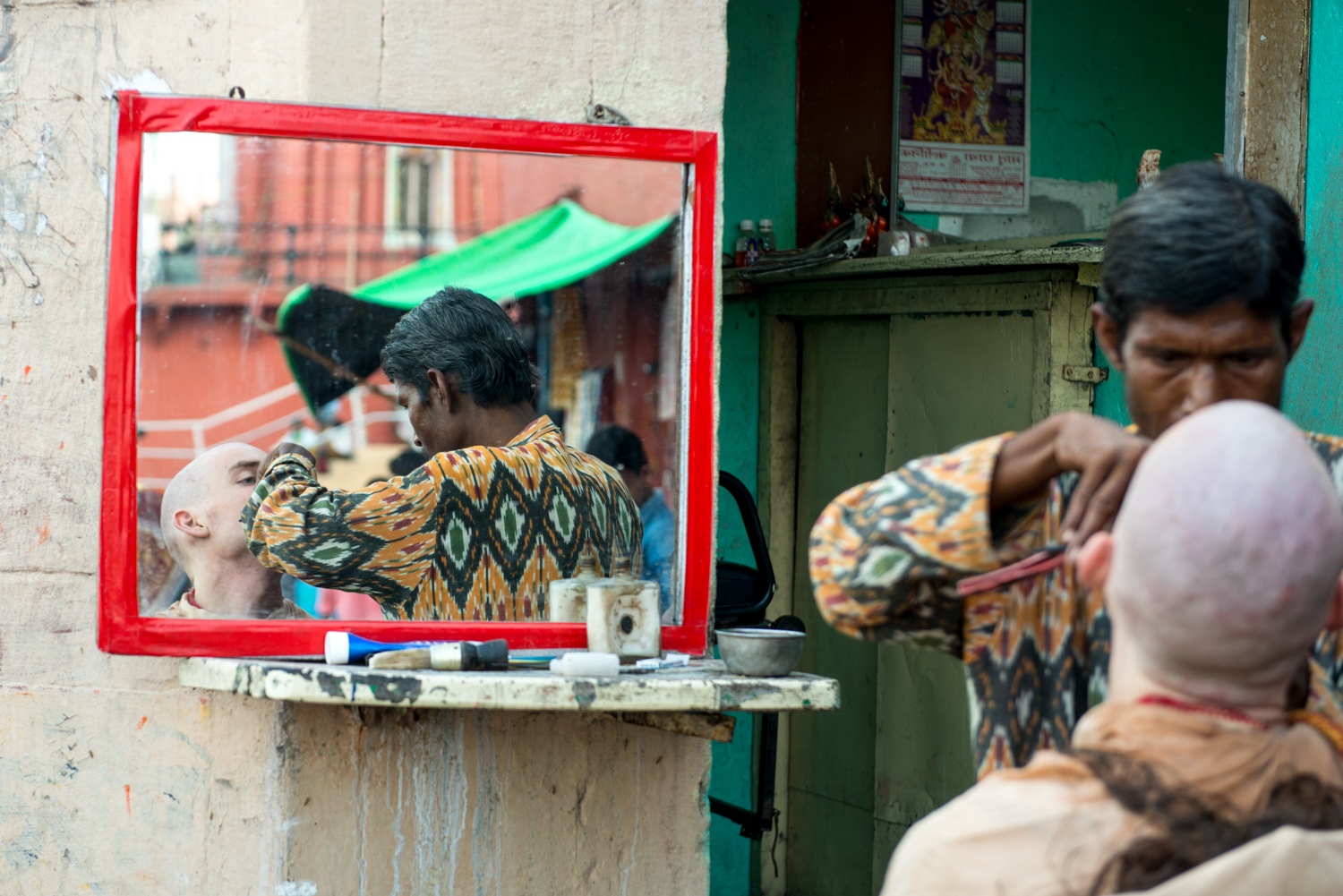 As hairdressers only require a few essentials to start their business (mainly a mirror, a chair and some clippers)they are able to set up shop almost anywhere -Uttar Pradesh, India.