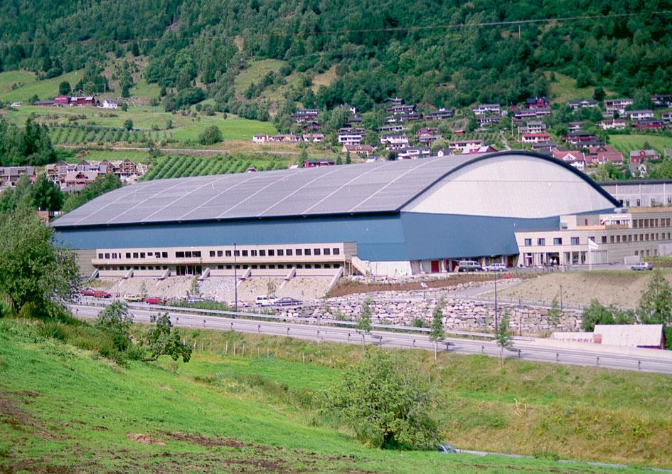 Sognahallen opna i september 1998 etter nokre år med gode politiske diskusjonar.
