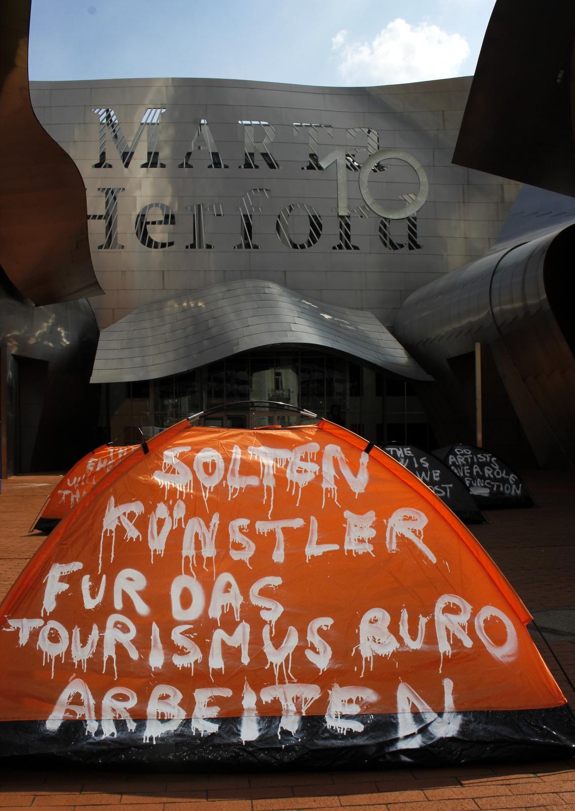 Solten künstler fur das Tourismusbüro arbeiten, 21/8 2015, Mix-media: Spray pain on Tent,2,2 kilos, 2 m x 1,40 m.Installation at the entrance of Marta Herford -Museum für moderne Kunst.