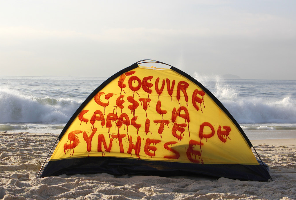 L'OEUVRE C'EST LA CAPACITE DE SYNTHESE  , 2016, 2,2 kg, 2 x 1,40 m, red spray on tent