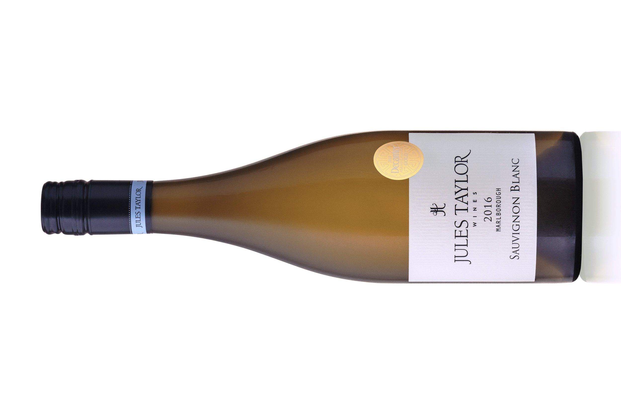 ジュルズテイラー  ソーヴィニヨン・ブラン   |   JULES TAYLOR WINES SAUVIGNON BLANC  マールボロアワテレ&ワイラウヴァレー、ホークスベリー  ¥2,360, 2018, 750ml 13.0%  RS. 1.1 g/L, pH. 3.22 TA. 7.22 g/L ,    90 Points, Wine Advocate.    Jules Taylor's 2018 Sauvignon Blanc seems to capture the sunny, tropical-fruited side of Marlborough in its hints of mango and gooseberries, then balances that with just a tiny bit of Awatere leafiness and acid spine. It's medium bodied and plump, with decent length and broad-based appeal.   James Suckling 90 points   A nicely crafted texture here, supporting a riot of passion-fruit aromas and flavors. This has some good polish in 2018  ホワイトグレープフルーツとマクルートライムの葉の風味はクリアで強さがあり、フィニッシュには素晴らしい酸味と新鮮な刈られたばかりの芝生のノートがあります。 飲み頃です。     詳しく     This Sauvignon Blanc captures the true essence of Marlborough. Aromas leap out of the glass in an explosion of passionfruit, grapefruit, white fleshed nectarines and notes of nettle and jalapeño pepper. The palate shows concentrated flavours of citrus, passionfruit and lemon grass. It has a nice texture with a firm backbone of juicy acidity.