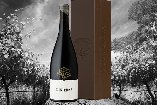 """""""Subterra""""    シラーズ   Subterraはマイクの最高級のシラーの樽熟成のワインです。  手摘みのブドウを地中に埋めたフレンチ―オークの木樽で熟 成します。  ワインが熟成するために大地がパーフェクトな温度コントロー ルをしてセラーの役割を果たしてくれます。  ワイナリーの特別な小さな畑から手摘みされたブドウが丁寧 に選ばれます。  この畑の数千年以上昔に遡る堆積土が唯一無二の味と香りを ブドウにもたらします。  Mike Brown"""