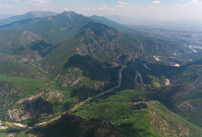 Φωτογραφία από Drone. Στο κέντρο εκτείνεται ο κύριος όγκος του Αχλαδοβουνίου (ή Τσαλ / Αχλάτ Τσαλ)