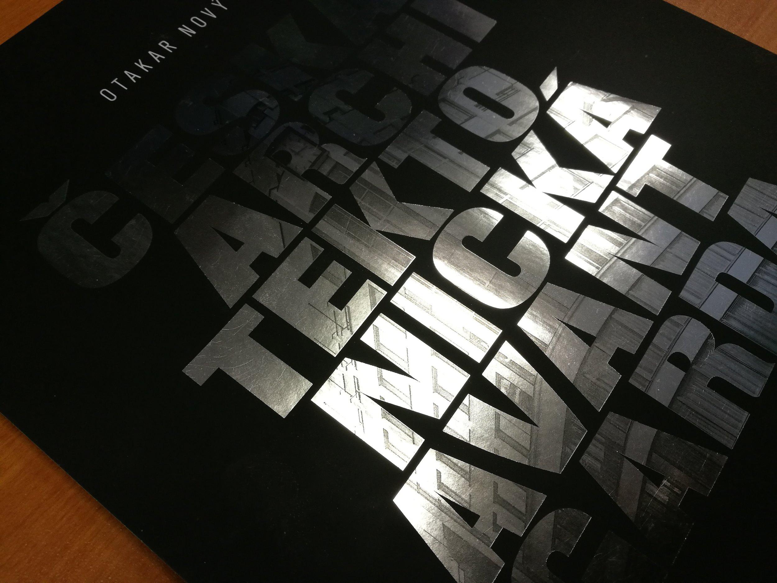 Kniha se stříbrnou ražbou - Stříbrná fólie byla potisknuta �ernou barvou. Vyrobili jsme 5 x 400 kusů.
