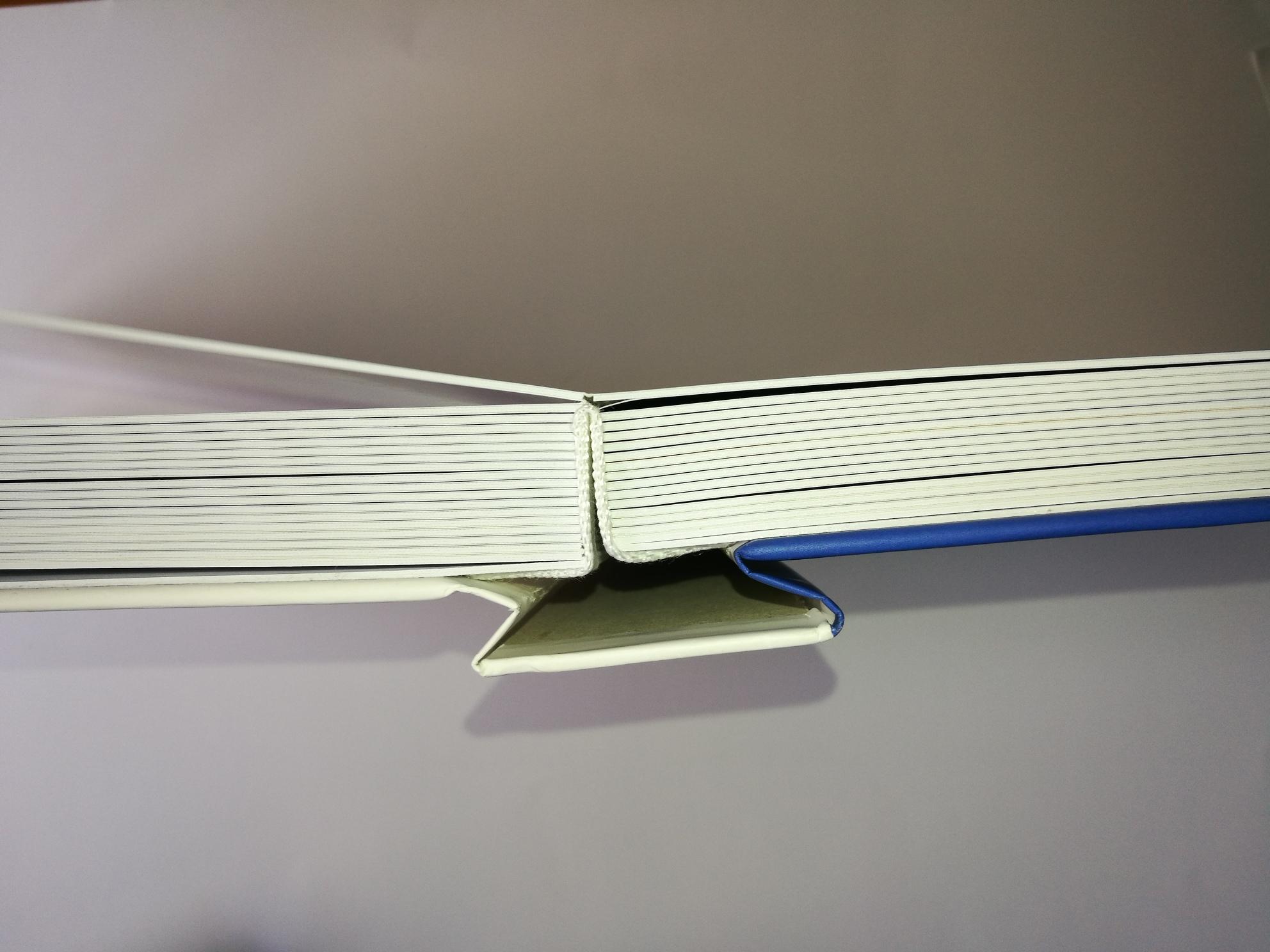 Lay Flat kniha rozevřená.jpg