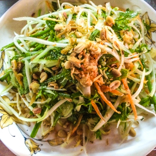 Món gỏi đu đủ - Green Papaya Salad from a food stall in Hoi An.
