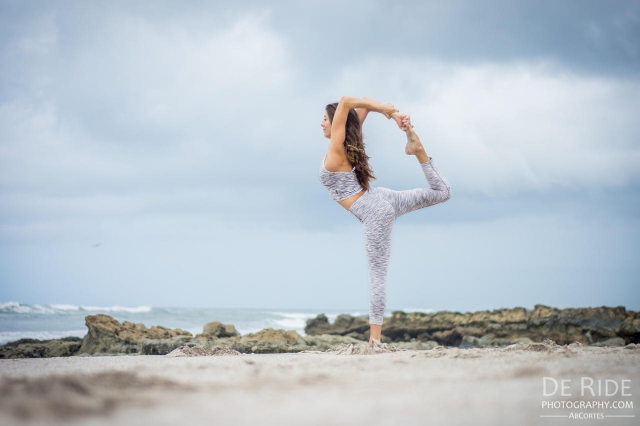 Yogi: @rima_danielle hotographer: @de_ride_photography Ab Cortess Outfit: @kosusaofficial Location: Santa Teresa, Costa Rica