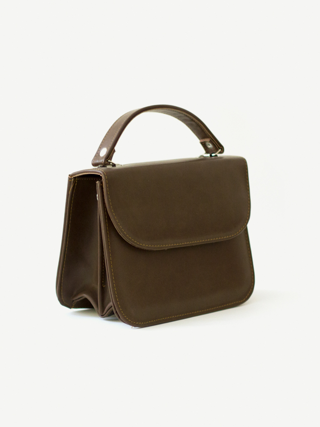 A classic vintage-inspired handbag in beautiful espresso brown.