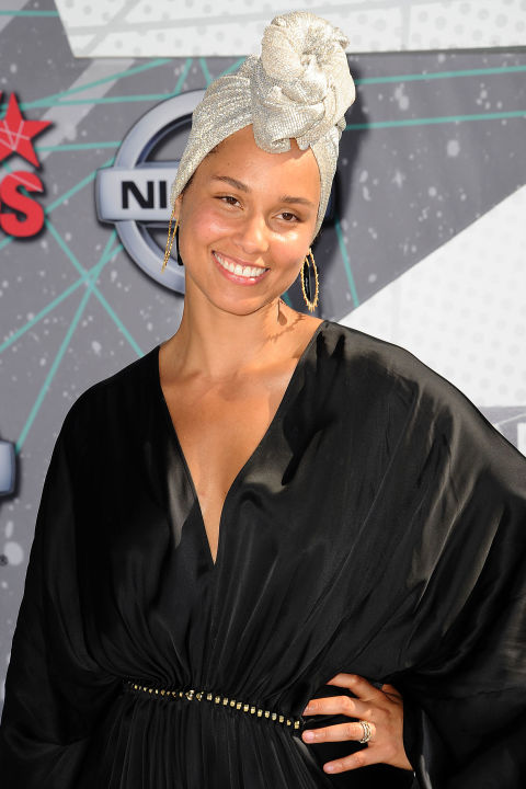 Alicia-Keys-Headwrap-Makeup-Free-FashionPoliceNigeria-1.jpg