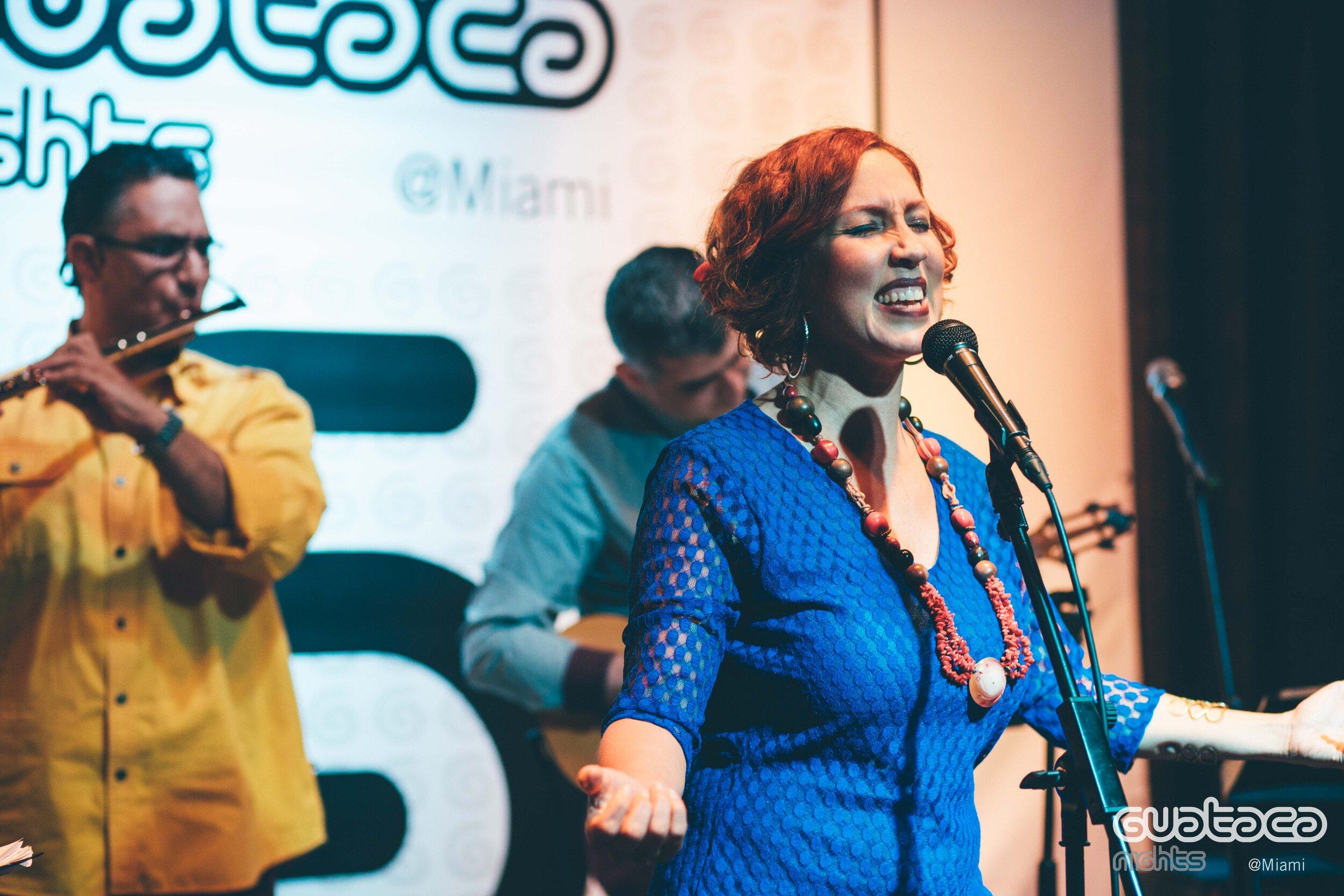 Marina Bravo junto a Los Sinvergüenzas en Guataca Nights Miami. Foto: Archivo Guataca