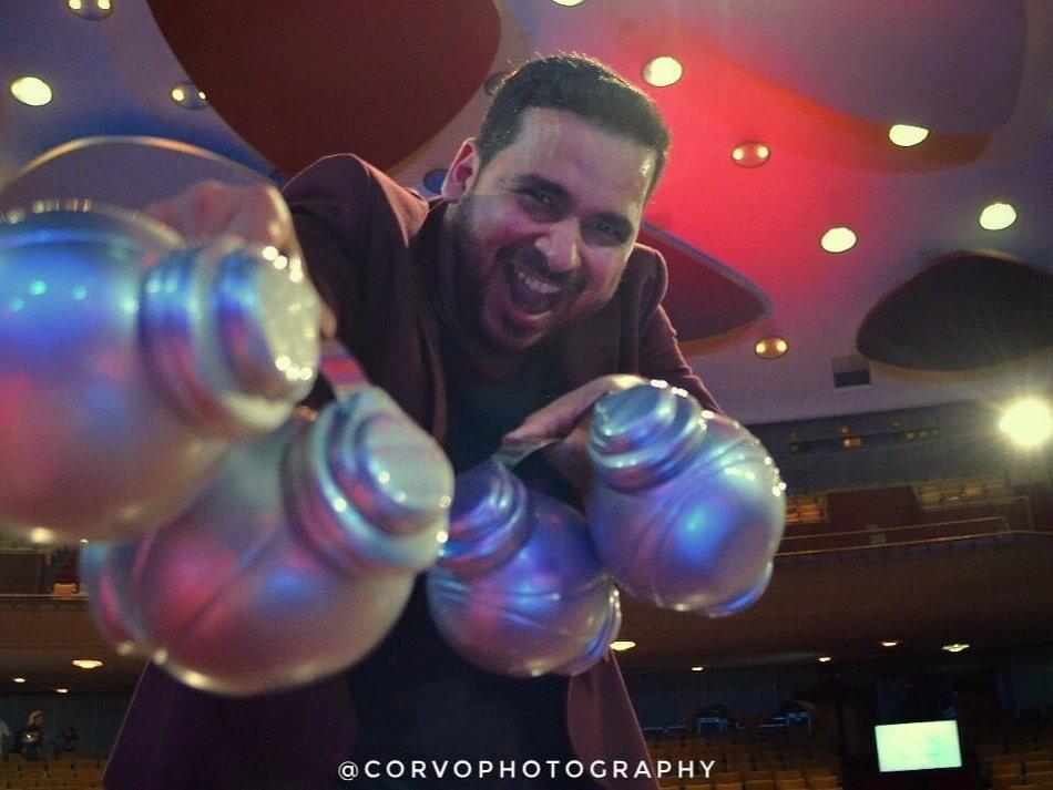 Siso con sus trofeos en el Aula Magna de la UCV. Foto: @CORVOPHOTOGRAPHY